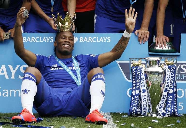 Didier Drogba gagne le titre de Champion d'Angleterre avec Chelsea, le 24 mai 2015.