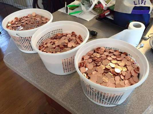 Le jeune homme a réglé 110 dollars avec 11 000 pièces réparties dans trois seaux.