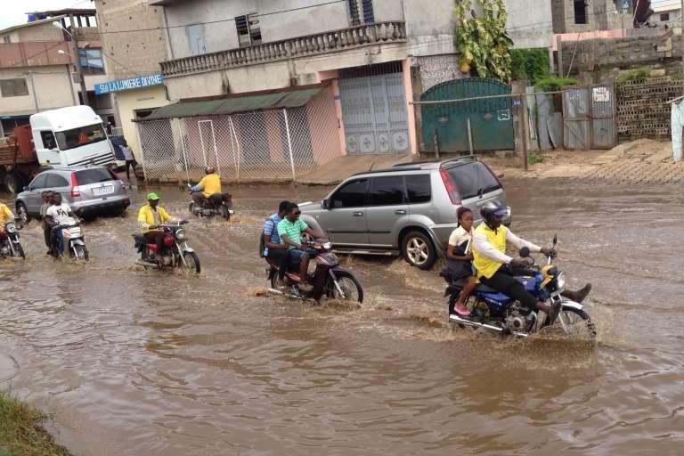 Les rues inondées de Cotonou. Les Pays-Bas aidaient justement le Bénin à gérer les problèmes hydrauliques, inondations comprises, quand leur aide s'est brusquement interrompue parce que de hauts-responsables béninois ont détourné de l'argent.