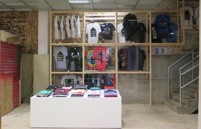 Installé dans le sous-sol de la boutique Dover Street Market, à Londres, l'espace dédié aux tee-shirts contient aussi bien des modèle de marques connues que des jeunes griffes pointues.
