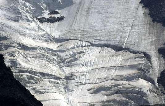 Face aux risques naturels accentués en période de canicule, la préfecture de Haute-Savoie a installé un dispositif de dissuasion avant l'accès au refuge du Goûter, situé à 3800mètres d'altitude.