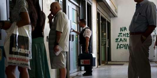 Une banque d'Athènes, le 17 juillet.