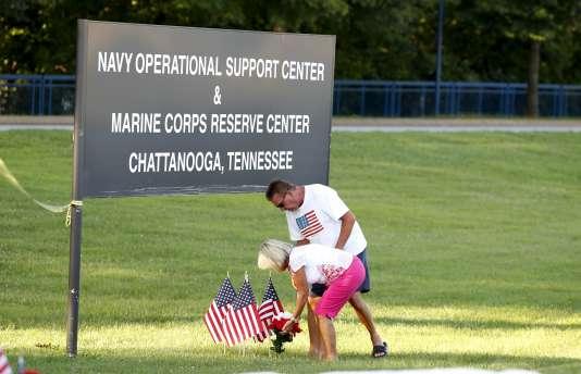 Des gens se recueillent devant le centre de réservistes de l'armée américaine à Chattanooga, le 16 juillet.