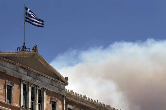 Un nuage de fumée aux abords du Parlement grec, le 17juillet.