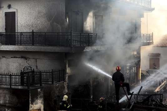 La Grèce a connu au total quelque 80 départs de feu vendredi, dont des incendies particulièrement intenses dans le sud-est du Péloponnèse, qui ont détruit des habitations et ravagé des champs.