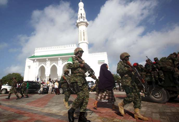 Les soldats de la force de l'Union africaine en Somalie (Amisom) patrouillent devant une mosquée à Mogadiscio, le 17 juillet.