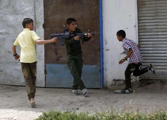 De jeunes afghans jouent avec des armes factices au premier jour de l'Aid el-Fitr, le 17 juillet.