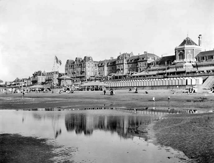 A Cabourg (Calvados), le Grand Hôtel début 1900. L'établissement a été totalement reconstruit en 1906 pour faire face à la concurrence née du succès des bains de mer.