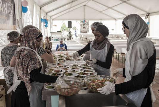 Les bénévoles du Secours islamique France (SIF) préparent le dîner offert pour a dernière soirée des « tables du ramadan », à Saint-Denis (Seine-Saint-Denis), le 17 juillet.