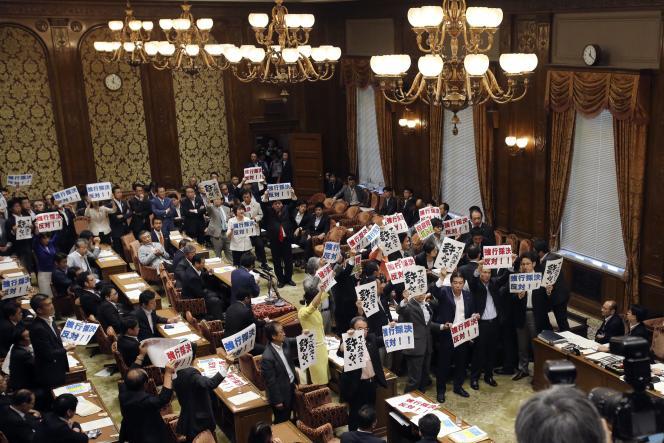 Des élus de l'opposition protestent au Parlement, à Tokyo, mercredi 15juillet.