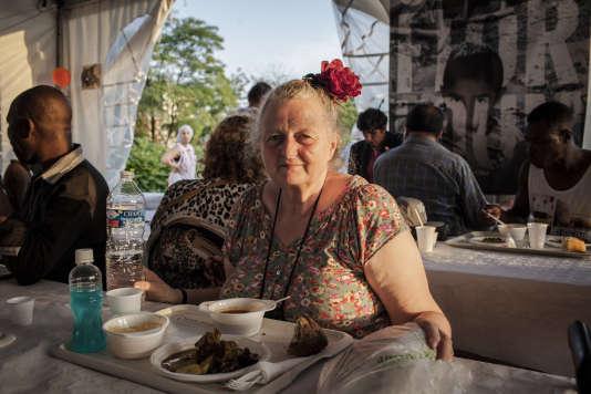 Pierrette, une habituée du repas du ramadan, offert par le Secours Islamique.