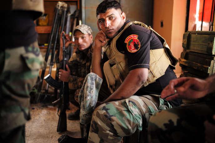 Des combattants des Brigades des lions victorieux d'Allah (milice chiite) dans leur QG de Sabaa Al-Bor, près de la ligne de front de Garma, à l'ouest de Bagdad, fin juin.