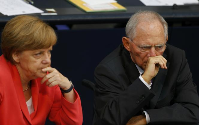 «Chacun a son rôle à jouer. Angela Merkel est chancelière, je suis ministre des finances. Les politiques tirent leurs responsabilités de leurs fonctions. Personne ne peut les contraindre. Si quelqu'un essayait, je pourrais aller chez le président [de l'Allemagne, Joachim Gauck] et lui demander mon renvoi», a déclaré Wolfgang Schäuble au «Spiegel».