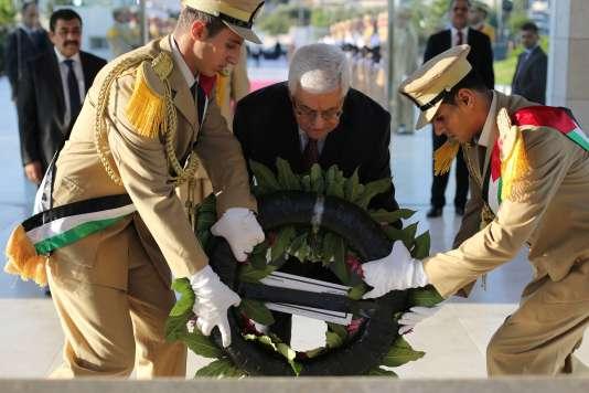 Le président de l'Autorité palestinienne, Mahmoud Abbas, dépose une couronne sur la tombe de Yasser Arafat le 17 juillet.
