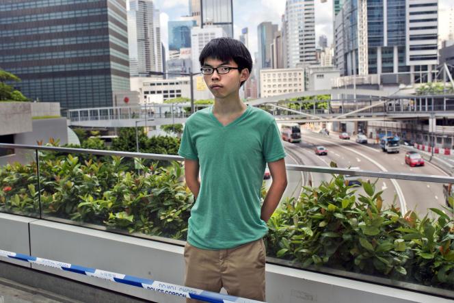 Joshua pose devant le LEGCO (Hong Kong Legislative Council, l'assemblée de HK) là même où se déroulèrent les manifestations de la