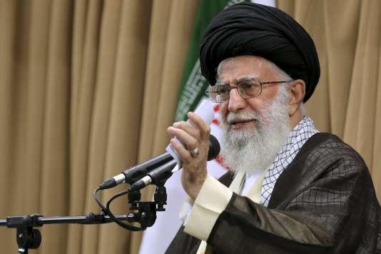 « Notre politique ne changera pas face au gouvernement arrogant américain », a déclaré l'ayatollah Khamenei dont les propos ont été accueillis par les traditionnels « mort à l'Amérique » et « mort à Israël ».