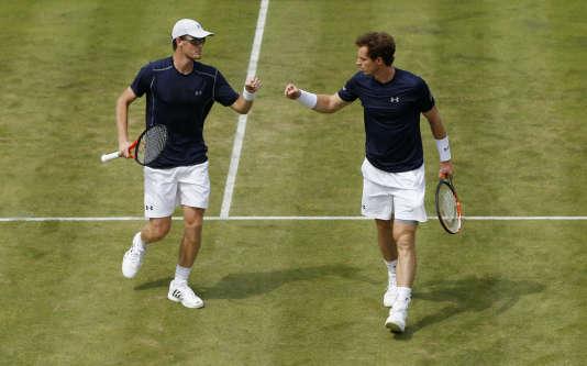 Les frères Murray ont été intraitables dans un double qui peut rapporter gros à l'équipe britannique.