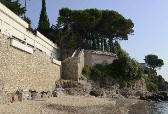 Vue de la villa du roi Salmane depuis la plage de la Mirandole, à Vallauris, le 18 juillet.