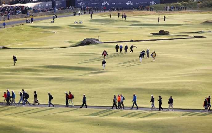 Des spectateurs réunis près du 18e trou du British Open à Saint Andrews, samedi 18 juillet.