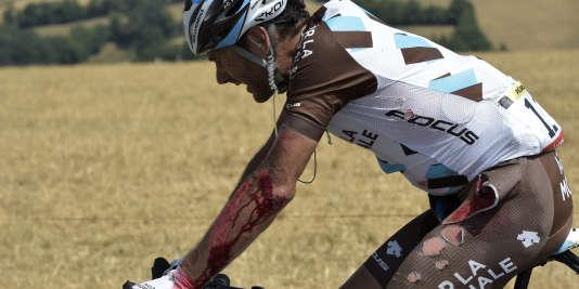 Jean-Christophe Péraud, blessé, termine, vendredi, la 13e étape du Tour de France, sous une chaleur accablante.