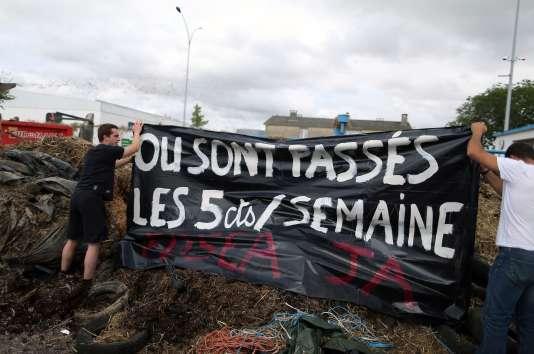 Action d'agriculteurs devant un abattoir de Villers-Bocage dans le Calvados.