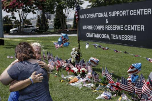 Des fleurs et des drapeaux américains déposés en mémoire des militaires tués le16juillet2015.