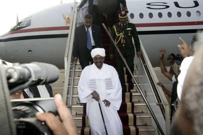 Le président soudanais Omar Al-Bachir, de retour à Karthoum, le 15 juin 2015.