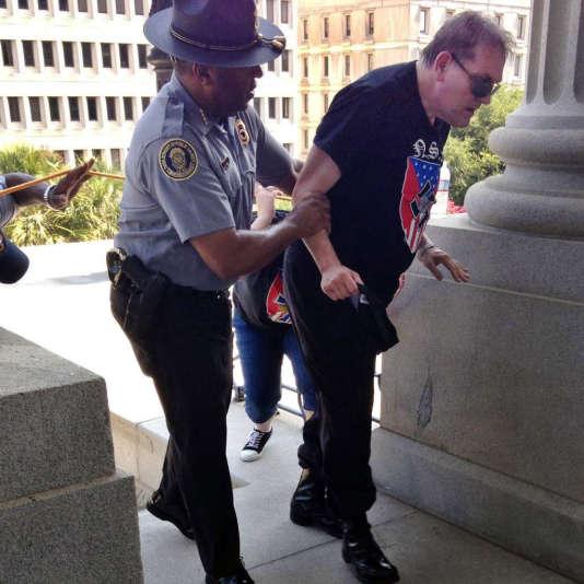 Leroy Smith vient en aide à un manifestant du KKK, lors d'une manifestation contre le retrait du drapeau confédéré, le 18 juillet.