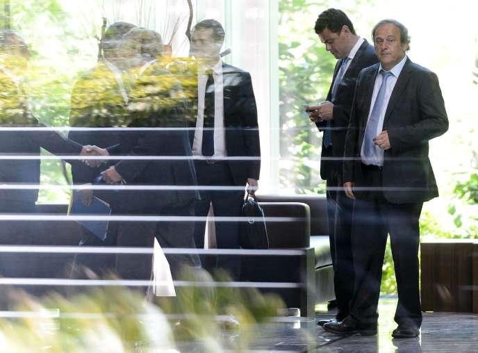 Michel Platini (à droite) au siège de la FIFA à Zurich le 20 juillet 2015.