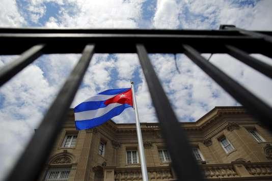 Le drapeau cubain flotte désormais devant lambassade cubaine tout juste rouverte à Washigton, le 20 juillet.  Une première depuis 54 ans.