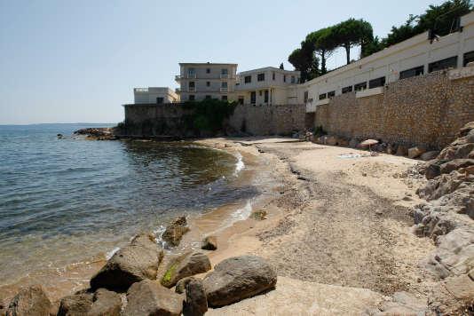 La plage de la Mirandole, à Vallauris, située devant la résidence de la famille royale saoudite à Vallauris (Alpes-Maritimes).