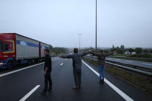 Les agriculteurs bloquent la route, à Caen, lundi.
