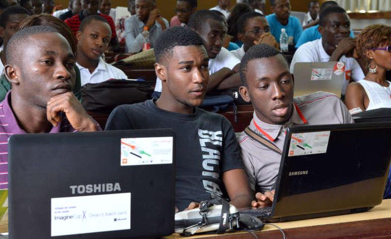 """""""Hackathon"""" du programme Afrique Innovations-Réinventer les Médias, à Abidjan le 18 avril 2015."""