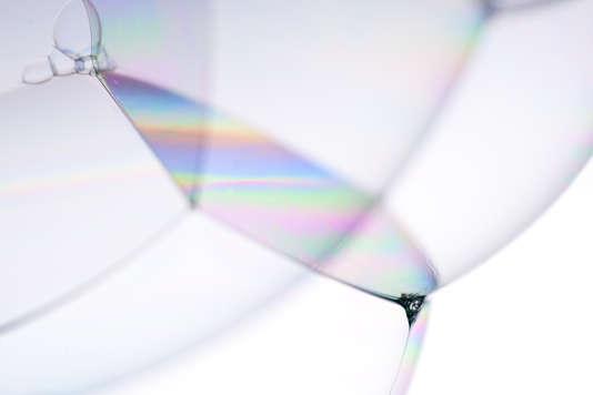 Irisation de lumière à la jonction de bulles de savon.