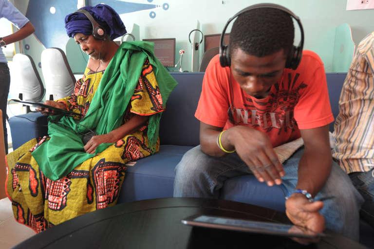 A Dakar, dans un cybercafé équipé de tablettes numériques.