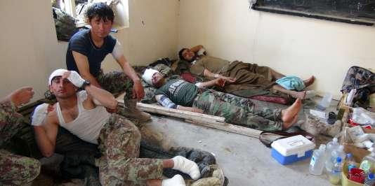 Des soldats afghans, blessés par des tirs américains le 20 juillet dans la province du Logar.