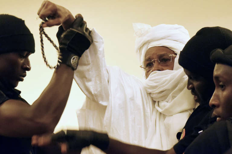 L'ancien président tchadien Hissène Habré, escorté par des gardiens de prison, jusqu'à la salle de procès, lundi 20 juillet dans la matinée.