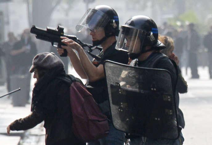 Un policier utilisant un Flash-Ball lors d'une manifestation à Lyon, en 2010.