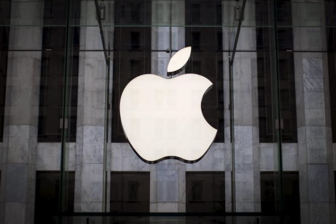Le logo d'Apple sur la vitrine d'un magasin de la Ve Avenue à New York.