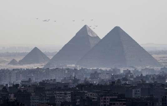 Trois avions Rafale volent en compagnie d'autres appareils de l'armée égyptienne au dessus des grandes pyramides près du Caire le 21 juillet 2015.