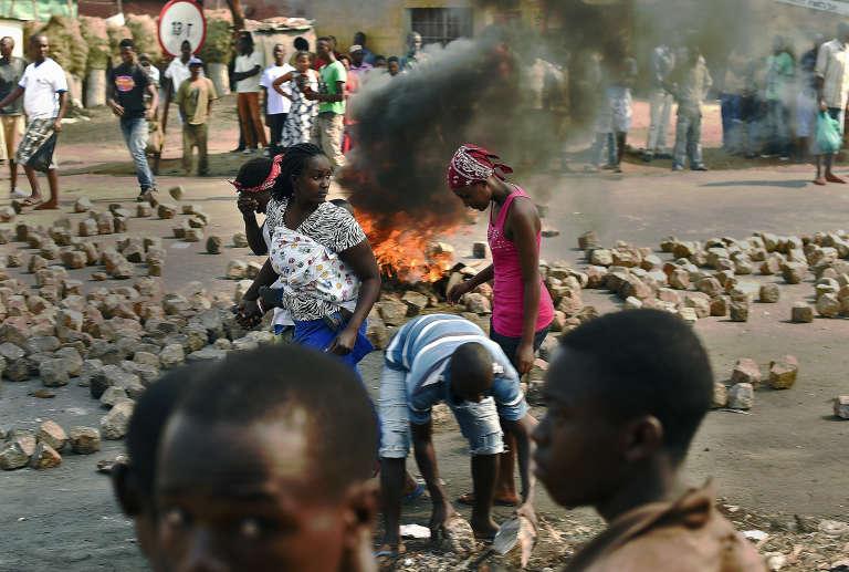 Dans le quartier de Nyakabiga, à Bujumbura, le 21 juillet. Manifestations et réapparition des barricades, alors que se tiennent les élections présidentielles.