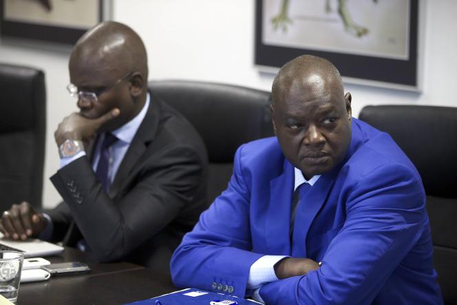 Abdou Lo (à gauche) et Mback Fall (à droite), les procureurs des Chambres extraordinaires africaines (CEA) du procès contre Hissène Habré pour crimes contre l'humanité, le 26 mai 2015 à Bruxelles.