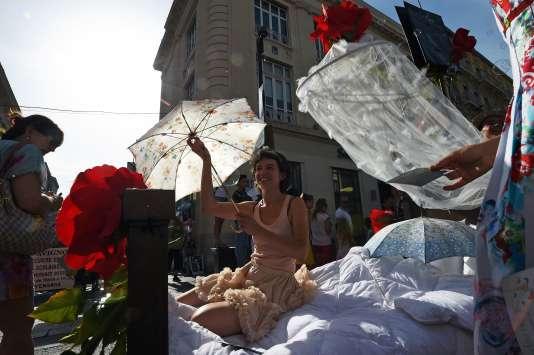 La parade quotidienne des compagnies participant au Festival d'Avignon, le3juillet2015.
