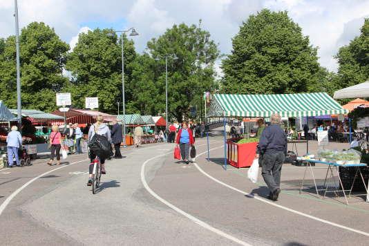 Sur la place du marché à Salo, une quinzaine d'étals doivent se serrer autour de la piste cyclable centrale.