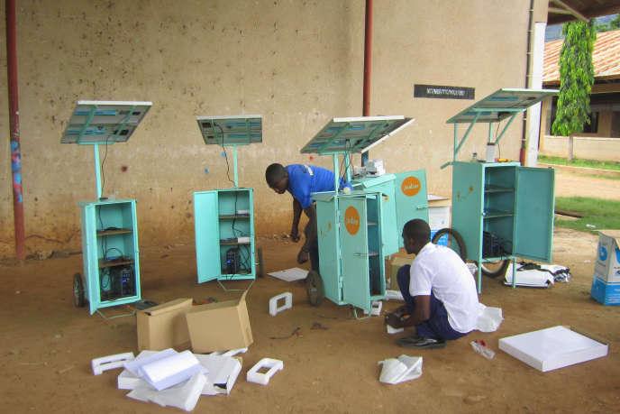 Des kiosques solaires de Juabar, près de Dar es Salaam, en Tanzanie.