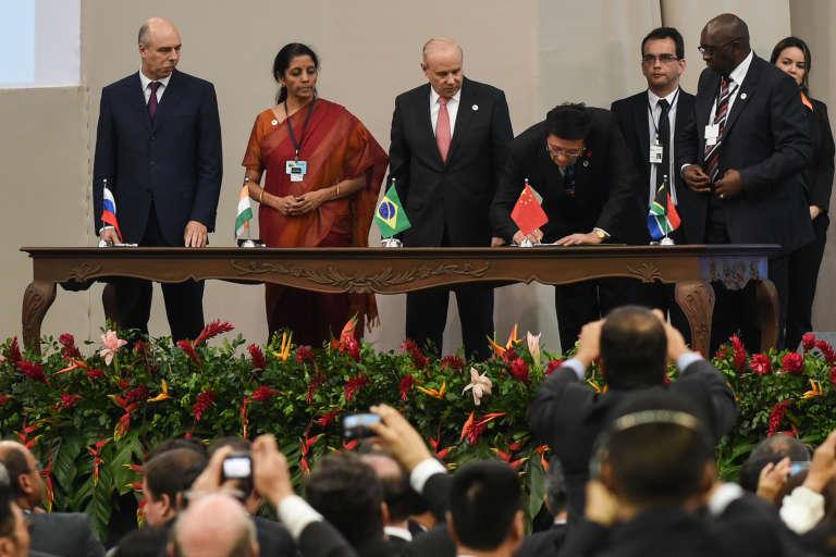 Les délégués des pays des BRICS, signent la fondation de la nouvelle Banque de développement, le 15 juillet 2015, à Fortaleza, au Brésil.