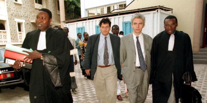 L'avocat Boukounta Diallo (à gauche), Reed Brody d'HRW (2e à gauche), William Bourdon, secrétaire général de la FIDH (3e à gauche) et l'avocat Sidiki Kaba (à droite) déposent une plainte contre l'ancien président tchadien Hissène Habré pour crimes contre l'humanité à Dakar, le 25 janvier 2000.