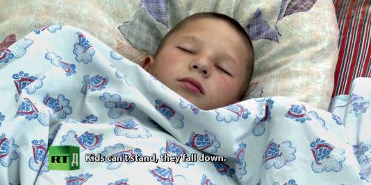 Depuis 2010, plus d'une centaine d'habitants de tous âges ont été victimes d'endormissements soudains, comme cet enfant, filmé par une équipe de la chaîne de télévision Russia Today.