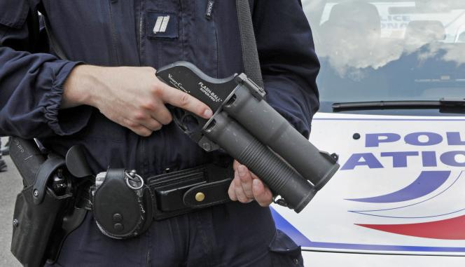 Un policier qui tient un Flash-Ball le 2 juillet 2009.