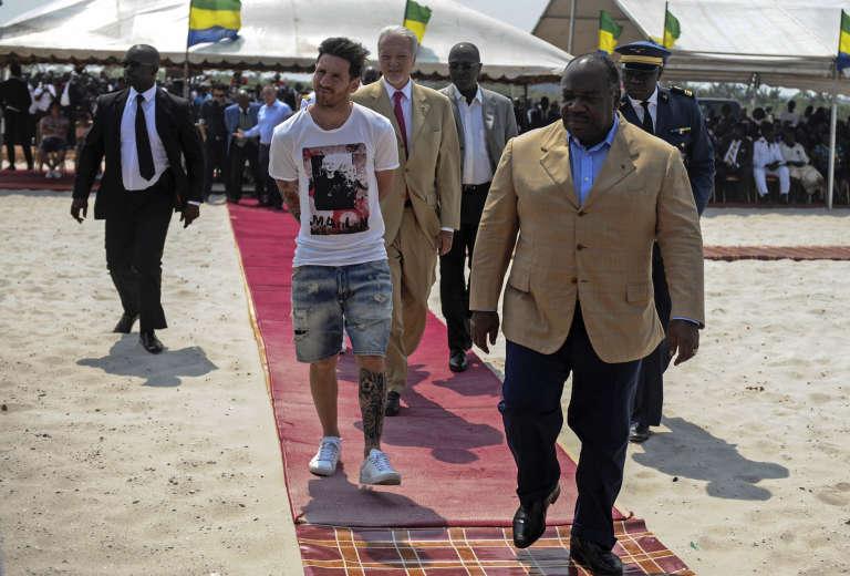 Lionel Messi et Ali Bongo à Port-Gentil, où il est venu poser la première pierre du nouveau stade, en vue de la Coupe d'Afrique des Nations 2017 qui se tiendra au Gabon.